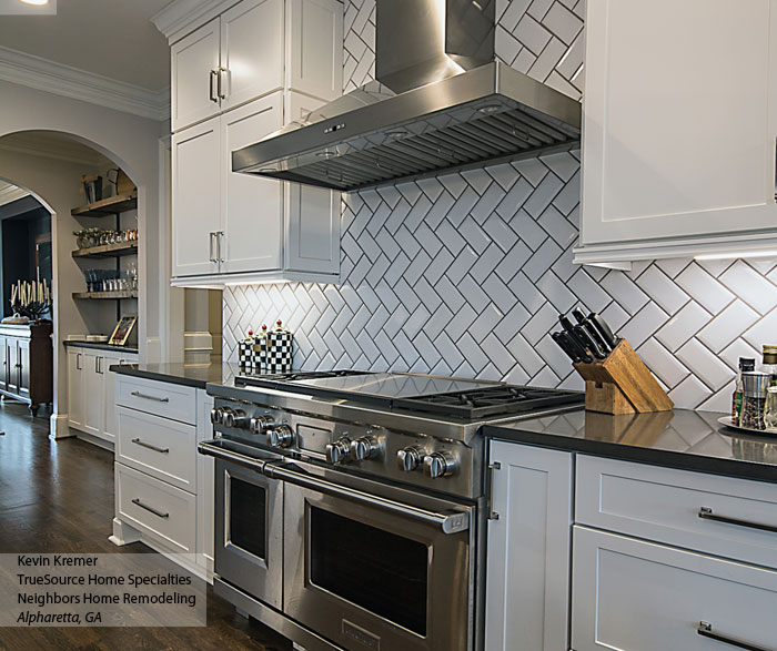 Bon ... White Shaker Cabinets With A Large Kitchen Island ...